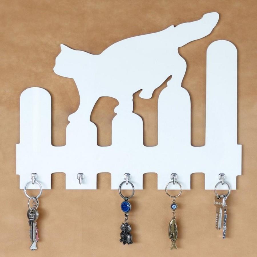 Ukrasna polica za ključeve Maca na ogradi